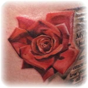 tatuaggio lettering rosa rossa