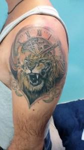 Tatuaggio leone ed orologio