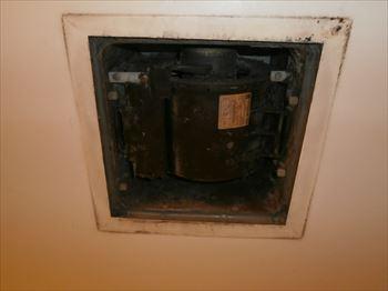 故障した浴室換気扇本体