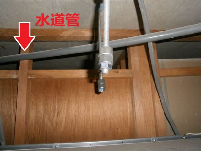 天井裏に障害物の水道管