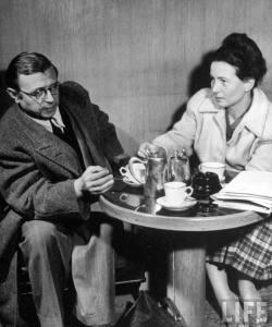 Sartre en zijn levensgezellin Simone de Beauvoi in café de Flore