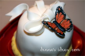 a small, simple butterfly cakelet