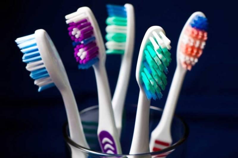 Как часто нужно менять старую зубную щетку на новую и как продезинфицировать ее в домашних условиях