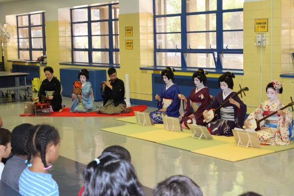 芸者と日本伝統芸能者から構成されるはなあかりオーケストラによる演奏
