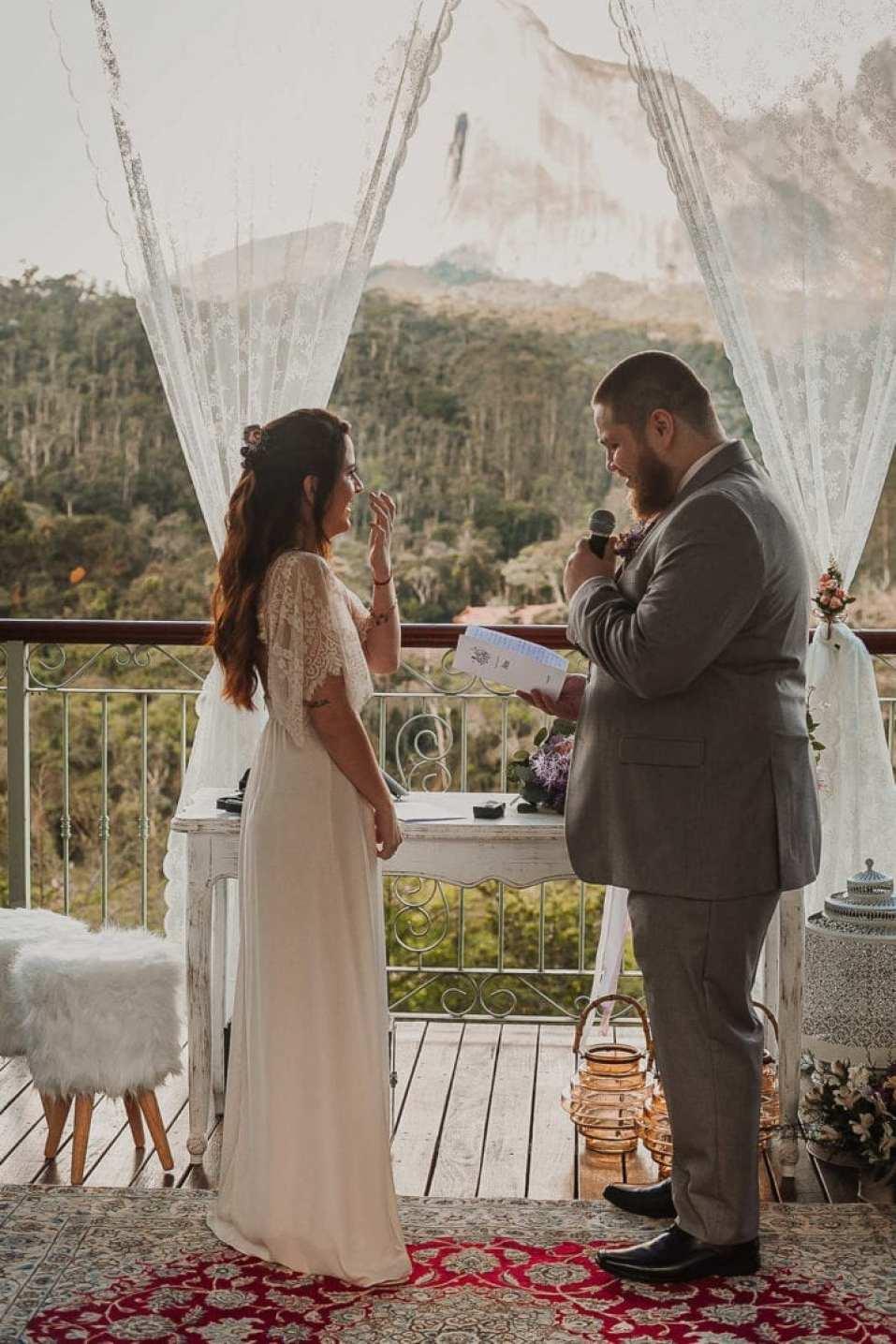 Noivo lendo seus votos durante a cerimônia elopement.