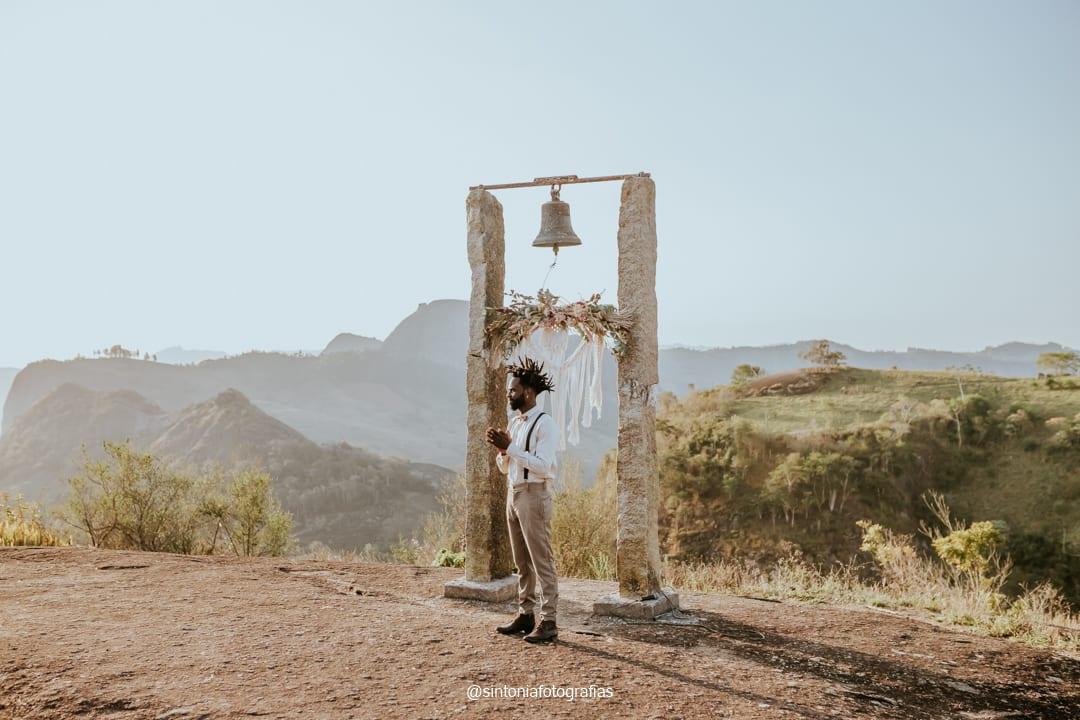 altar de elopement wedding com macrame e noivo