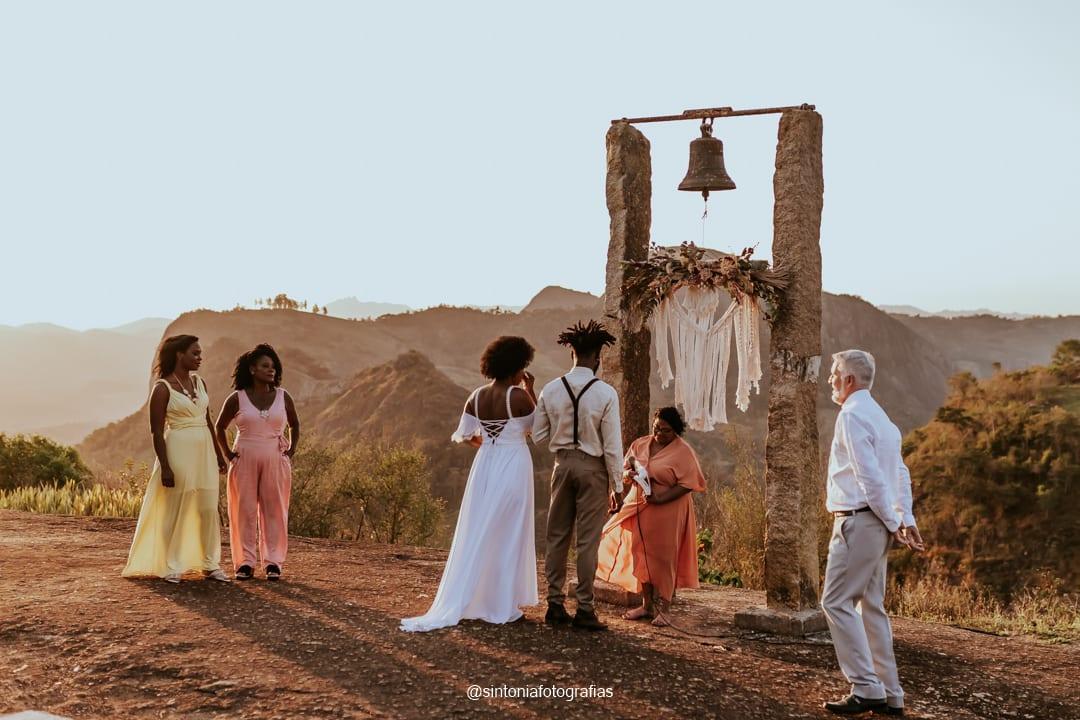 noivos no altar elopement wedding
