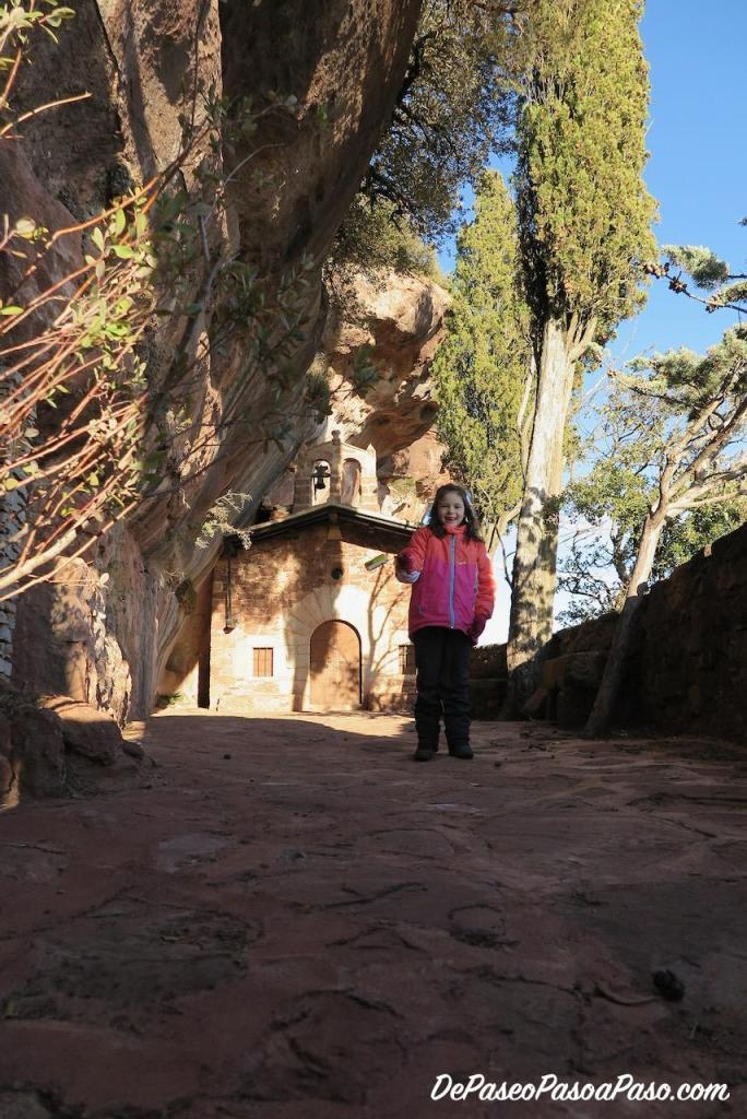 Niña frente a la ermita la Abellera