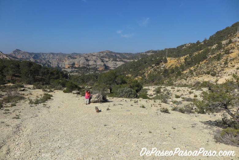 Vista del comienzo del trayecto, sobre pista rocosa y vista amplia a las montaña de Montsant