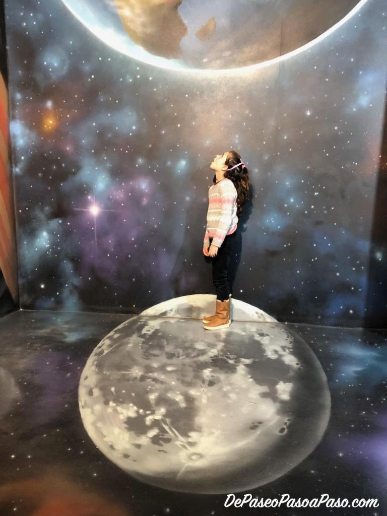 niña parada sobre la luna museo de ilusiones Barcelona