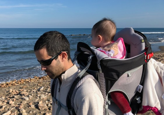 padre llevando a bebé en mochila senderismo