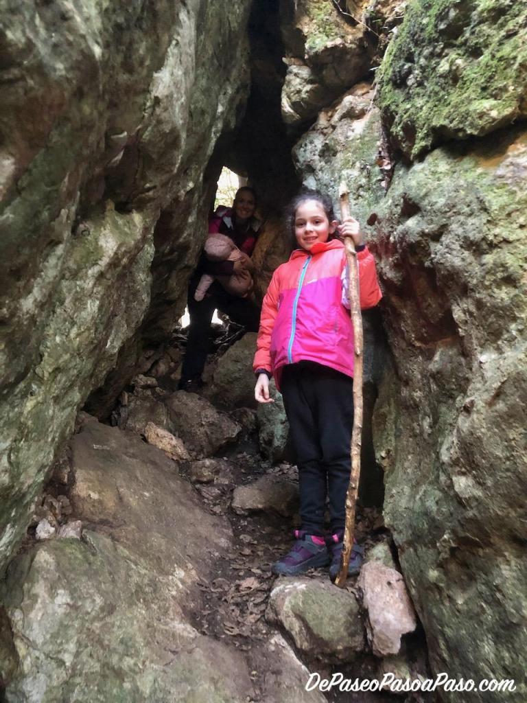 Hueco en la roca que conduce a la Cova de les Gralles