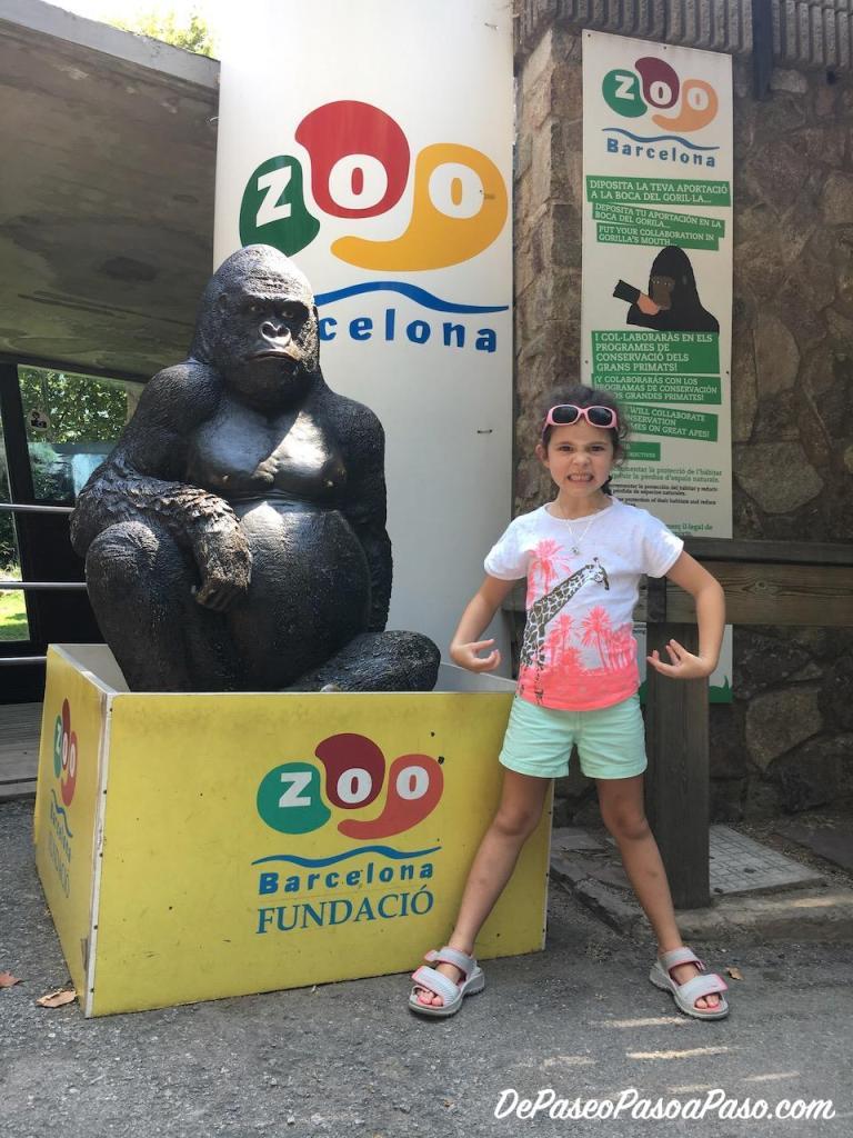 Niña en la entrada del Zoo de Barcelona