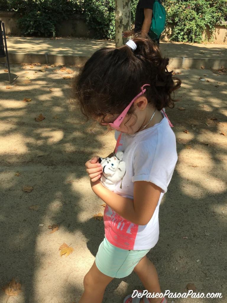 Mahia con su animal de peluche saliendo del Zoo