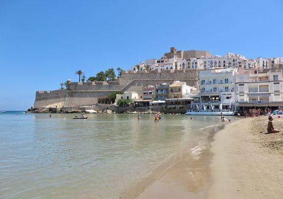 vista al castillo de Peñíscola desde la playa Nord