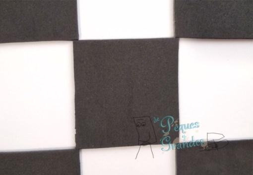 pegado cuadrados negros sobre goma eva blanca