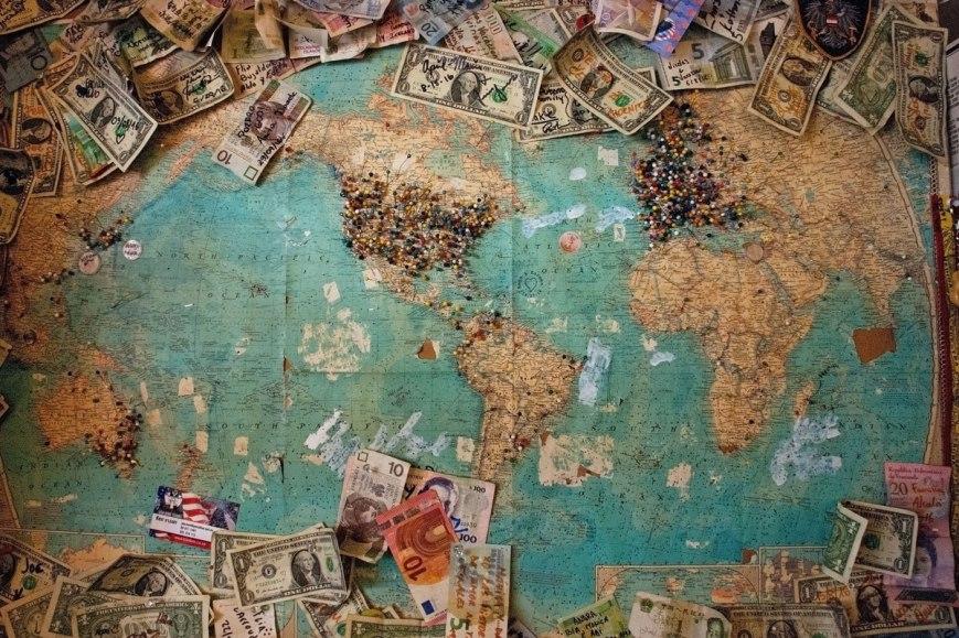 consejos para viajar presupuesto mundo dinero mapa azul verde marron