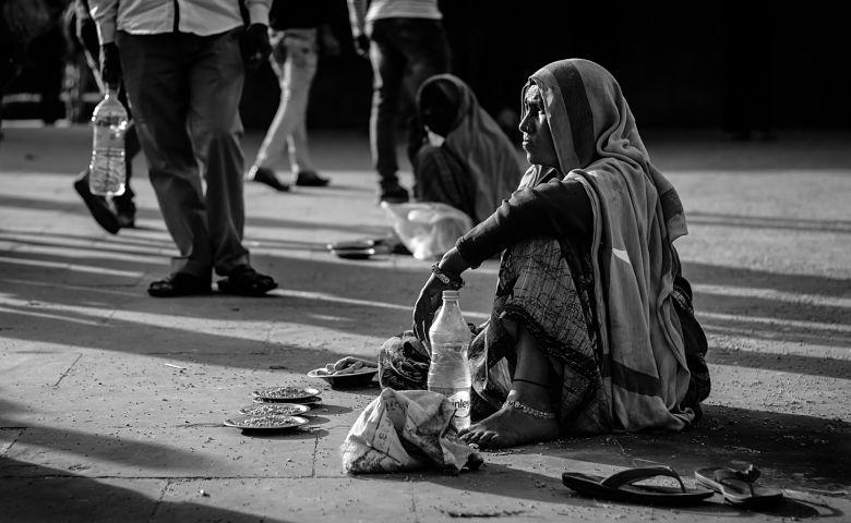 pobreza capitalismo turismo responsable India mujer calle