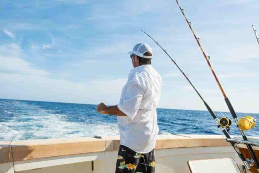 pescador en bote pesca trolling