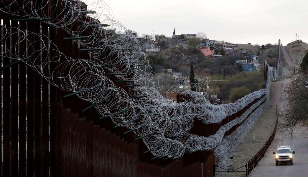 Ratean alambre de púas en muro fronterizo de Trump - De Peso Yucatán