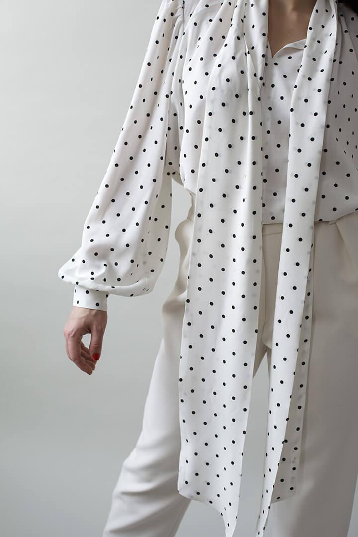 Блуза с бантом в горошек белая DEplace