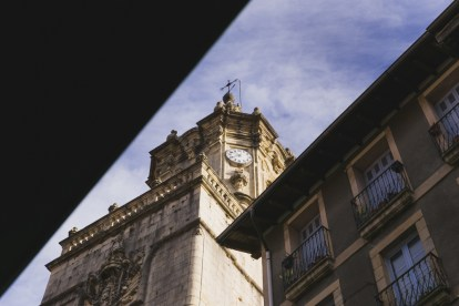 Vista de la Iglesia de la Asunción y del Manzano (Hondarribia)