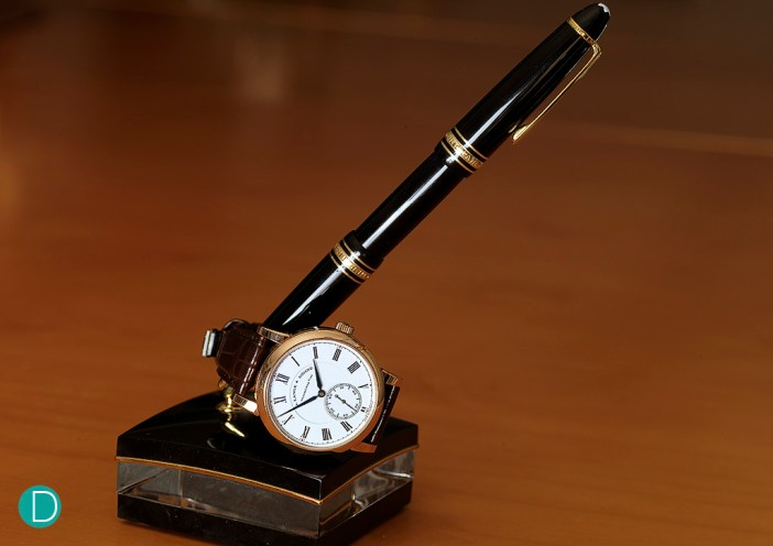 The Richard Lange Pour le Mérite resting on the pen holder with a Montblanc Meisterstück 149 pen. Montblanc belongs to the same group as Lange.