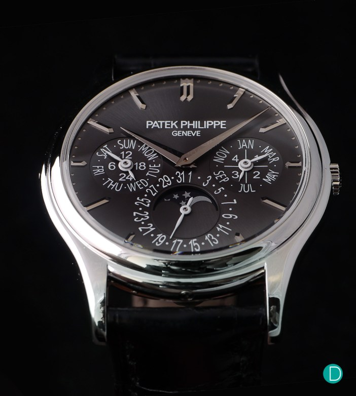 The Patek Philippe Ref. 5140 still lives in the form of the platinum version with a black dial shown here.The squashed 27 and 5 on the date ring is clearly visible.