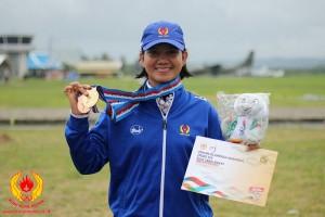 Atlet terjun payung Depok .Yenni menunjukan medali emas yang diraihnya pada PON XIX Jabar.