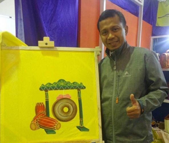 Kepala Dinas Koperasi, UMKM dan Pasar M. Fitriawan memperlihatkan batik corak gong si bolong.