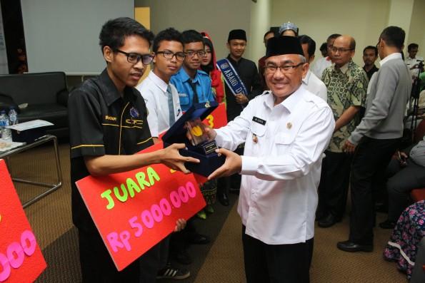 Walikota Depok, Muhammad Idris menyerahkan hadiah kepada pemenang lomba pembuatan aplikasi.