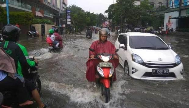 Hujan deras yang melanda kawasan Jakarta Selatan menyebabkan banjir di kawasan Kemang.