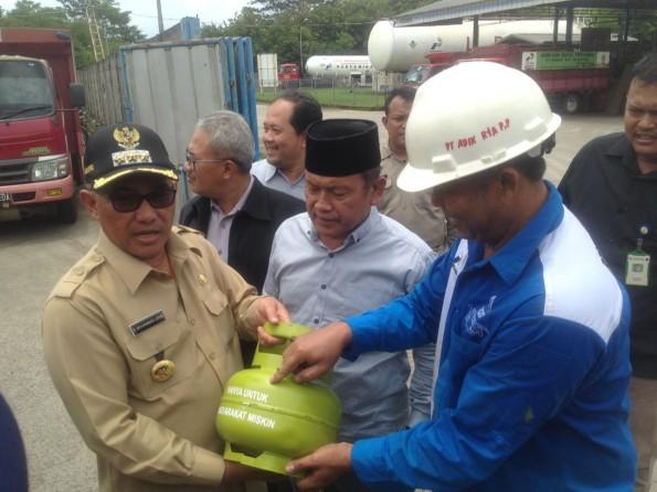 Walikota Depok melihat tabung gas elpiji 3 kg.