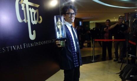 Riri Reza sutradara film Athirah menunjukan Pial Citra.