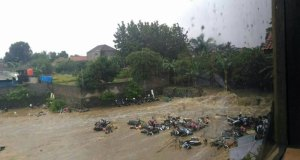 Banjir bandang di Bogor. Sepeda motor dibawa arus air bah.