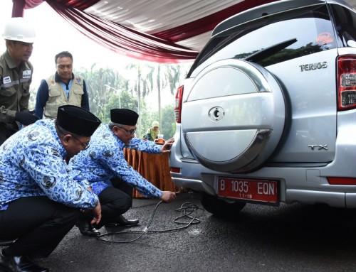 Walikota Depok Mohammad Idris bersama Wakil Walikota Depok Pradi Supriatna ketika melakukan uji emisi di balaikota.