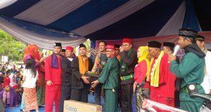 Ketua Pembina Komunitas Kampung Kita Bowo menyerahkan tanaman bonsai kepada Walikota Depok. Mohammad Idris menandai penyerahan 500 pohon secara gratis kepada masyarakat Depok.
