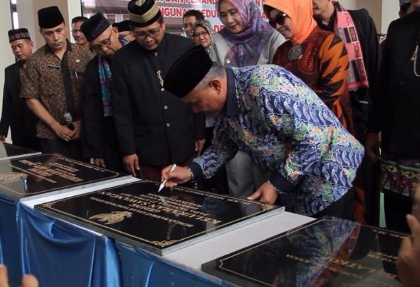 Walikota Depok Mohammad Idris meresmikan gedung baru Pasar Cisalak.