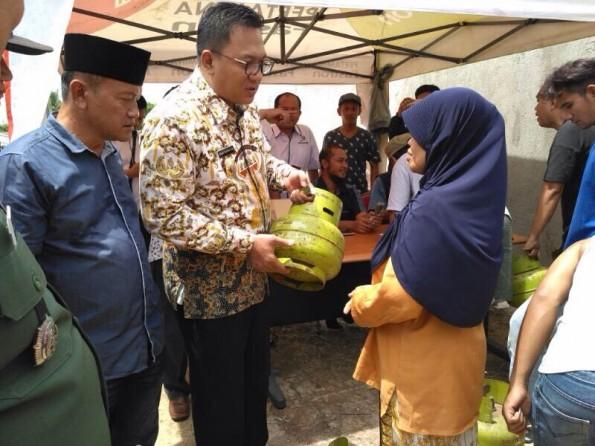 Wakil Walikota Depok menyerahkan tabung gas 3 kg kepada masyarakat prasejahtera