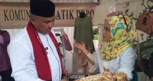 Ambar Lulis  menjelaskan batik serat alam kepada Walikota Depok Mohammad Idris.