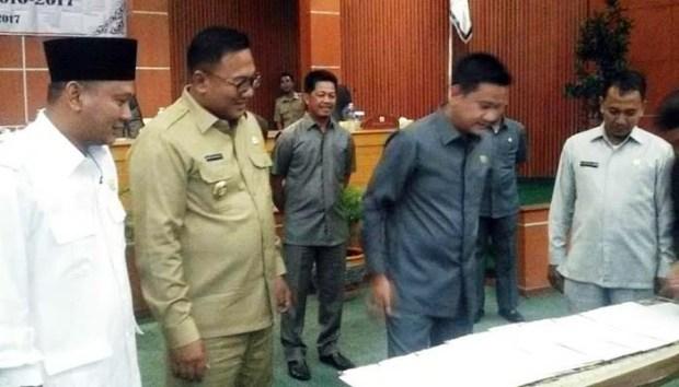 Ketua DPRD Kota Depok, Hendrik Tangke Allo bersama Wakil Walikota Depok Pradi Supriatna menyaksikan serahterima jabatan.