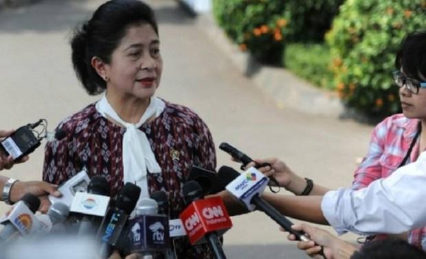 Menteri Kesehatan Nila F. Moeloek memberikan keterangan kepada wartawan.