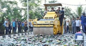 Meskipun sudah sering dirazia dan dimusnahkan, minuman keras oplosan masih saja beredar di pasaran sehingga menelan korban jiwa.