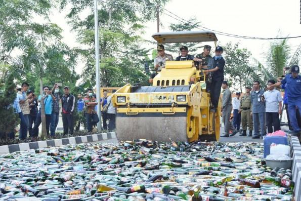 Walikota Depok Mohammad Idris memimpin acara pemusnahan ribun botol minuman keras yang disita Satpol PP.