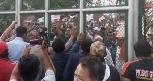 Pendukung Ahok sempat mendobrak gerbang Rutan Cipinang karena kesal tidak bisa bertemu Ahok.