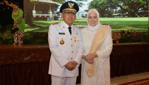 Gubernur Riau Andi Rachman bersama istri.