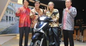 Direksi Astra Honda Motor memperkenalkan Honda skutik baru.