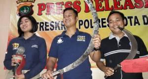 Kompol Teguh Nugroho memperlihatkan senjata tajam yang disita dari genkster