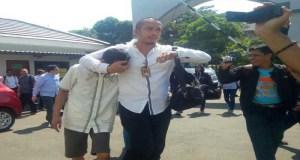 Nuryanto, bos Koperasi Pandawa mendapat pengawalan di PN Depok karena dicaci maki oleh nasabahnya.