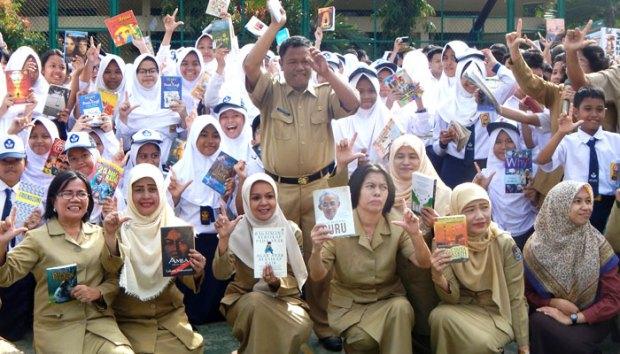 Sumarno (berdiri) Kepala SMP Negeri 2 Kota Depok bersama guru dan siswa SMP Negeri 2 Kota Depok.